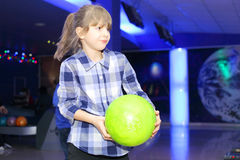 Spielen des Bowlingspiels stockbilder