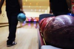 Spielen des Bowlingspiels Lizenzfreie Stockbilder