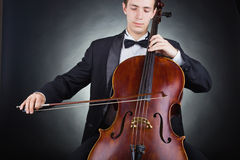 Spielen des Cellos Stockfoto