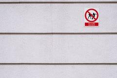 Spielen des Fußball verbotenen Textes und des Piktogramms auf Polnisch stockfotografie