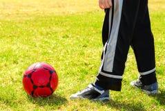Spielen des Fußballs lizenzfreies stockfoto