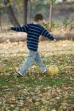 Spielen des Fußballs Stockfotografie