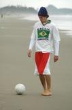 Spielen des Fußballs Stockfoto