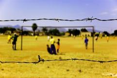 Spielen des Fußballs in Afrika Stockfotografie
