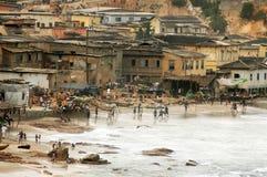 Spielen des Fußballs auf Umhang-Küsteküstenvorland Stockbild