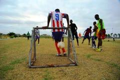 Spielen des Fußballs in Gabun stockfotografie