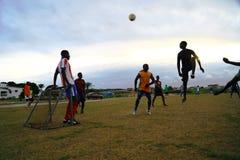 Spielen des Fußballs in Gabun, Afrika lizenzfreie stockbilder