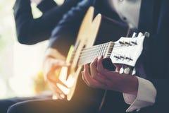 Spielen des Gitarren- und Konzertkonzeptes Weinlesemikrofon und -öffentlichkeit Musik f stockfoto