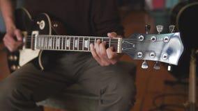 Spielen des Gitarrensolos stock video footage