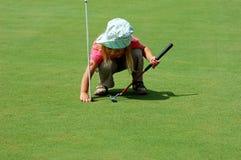 Spielen des Golfs Stockfoto