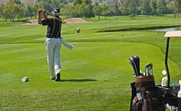 Spielen des Golfs Lizenzfreies Stockfoto