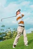 Spielen des Golfs Stockbild