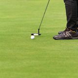 Spielen des Golfs Lizenzfreie Stockfotos