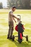 Spielen des Golfs in der Sonne lizenzfreies stockbild