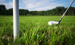 Spielen des Golfs. Klumpen und Kugel auf T-Stück Lizenzfreies Stockfoto