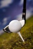 Spielen des Golfs, Kugel auf T-Stück Stockfoto