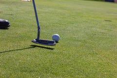 Spielen des Golfs am Sommertag und am grünen Rasen lizenzfreies stockfoto