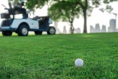 Spielen des Golfs und des Golfmobils Golfball ist auf dem T-Stück für ein Golf Stockbilder