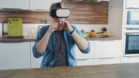 Spielen des jungen Mannes kämpfende Spiele unter Verwendung vr Kopfhörers stock video