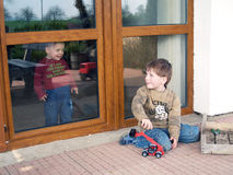 Spielen des Jungen und des Mädchens Stockfoto
