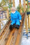 Spielen des Kindes im Schnee Stockbilder