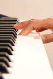 Spielen des Klaviers lizenzfreie stockbilder