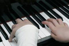 Spielen des Klaviers Stockfotografie