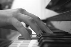 Spielen des Klaviers Stockbilder
