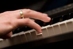 Spielen des Klaviers stockfoto