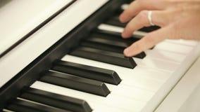 Spielen des Klaviers stock video