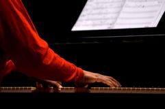 Spielen des Klaviers Stockfotos