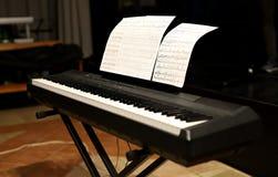 Spielen des Klaviers, der Nahaufnahme auf der Hand und der Tastatur lizenzfreies stockfoto