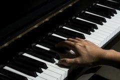 Spielen des Klaviers im Studio stockfotos
