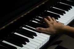 Spielen des Klaviers im Studio stockbild
