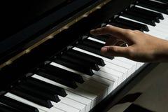 Spielen des Klaviers im Studio lizenzfreies stockbild