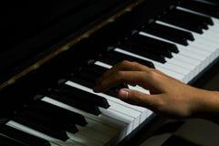 Spielen des Klaviers im Studio lizenzfreie stockfotos