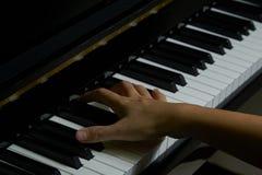 Spielen des Klaviers im Studio lizenzfreies stockfoto