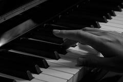 Spielen des Klaviers im Studio lizenzfreie stockbilder