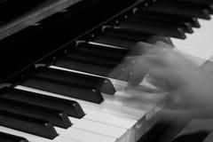 Spielen des Klaviers im Studio stockfoto
