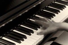 Spielen des Klaviers im Studio stockfotografie