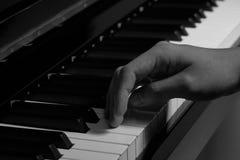 Spielen des Klaviers im Studio mit Schwarzweiss-Ton stockfoto