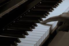 Spielen des Klaviers im Studio mit Schwarzweiss-Ton stockfotos