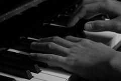 Spielen des Klaviers im Studio mit Schwarzweiss-Ton lizenzfreies stockfoto