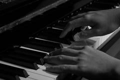Spielen des Klaviers im Studio mit Schwarzweiss-Ton stockfotografie