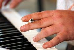 Spielen des Klaviers mit Zigarette Stockfotos