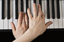 Spielen des Klaviers. Stockbilder