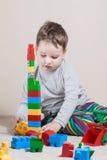Spielen des kleinen Jungen mit Würfeln lizenzfreie stockbilder