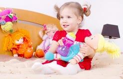 Spielen des kleinen Mädchens im Bett Lizenzfreies Stockbild