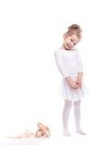 Spielen des kleinen Mädchens Nettes Kind, das klassisches Ballett im weißen Studio tanzt stockfotografie