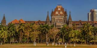 Spielen des Krickets im ovalen Boden, Erbgebäude des Obersten Gerichtshofs Mumbai im Hintergrund lizenzfreie stockbilder